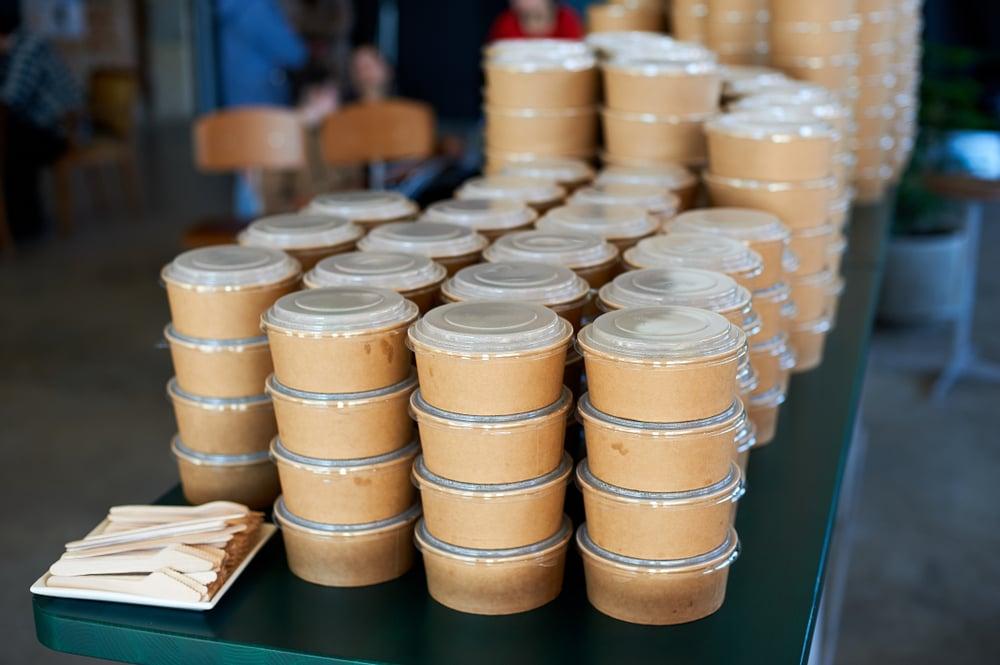 Kartonnen bowls voor thuisbezorging